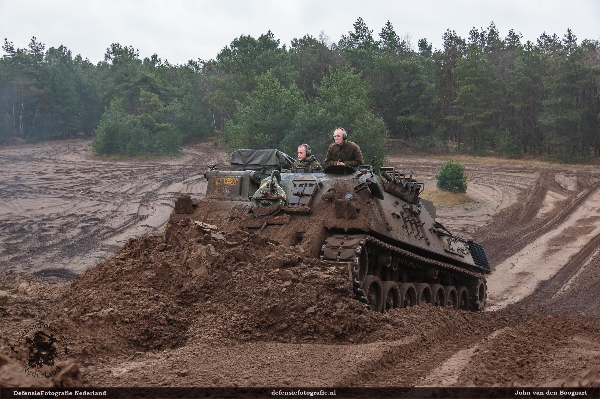 412 pantsergenie in de Leo 1 hoogt de heuvel op.