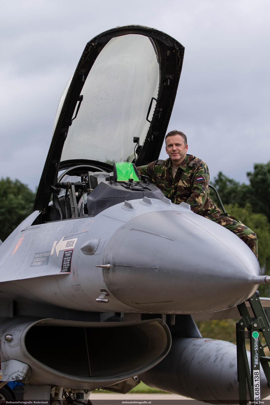 Crew chief bij zijn F-16