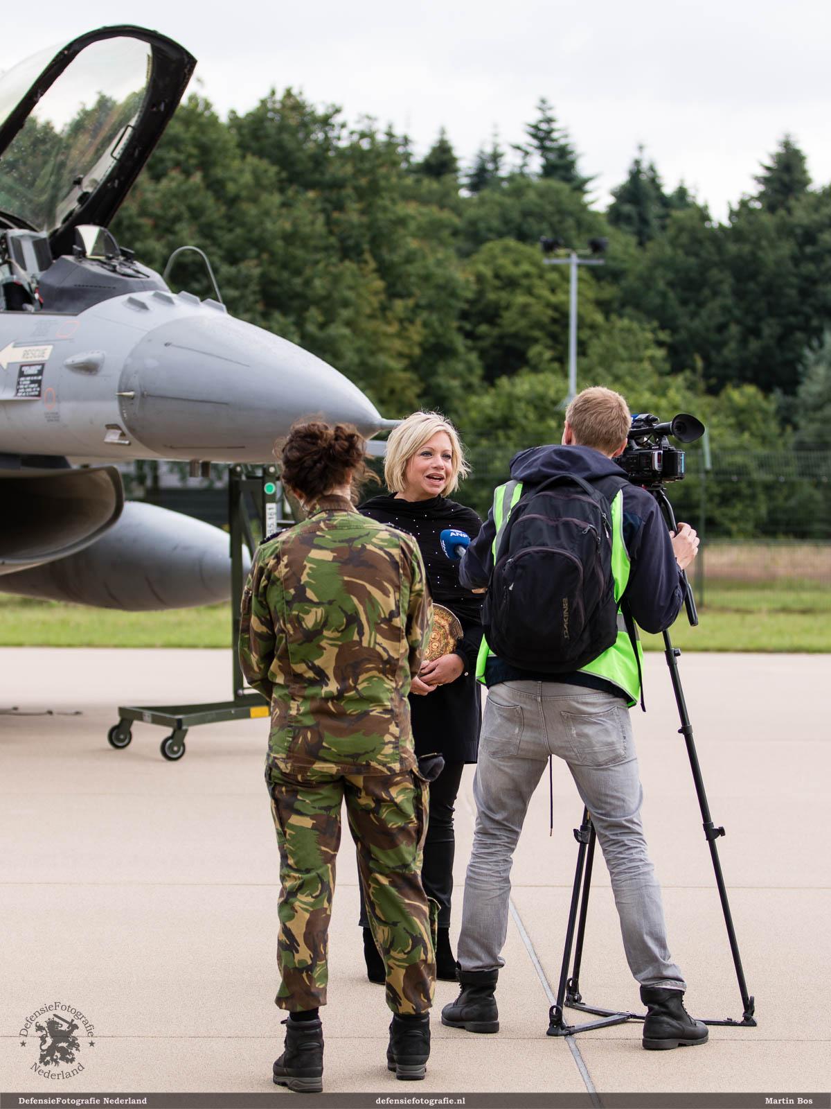 Interview met de pers door minister Hennis-Plasschaert