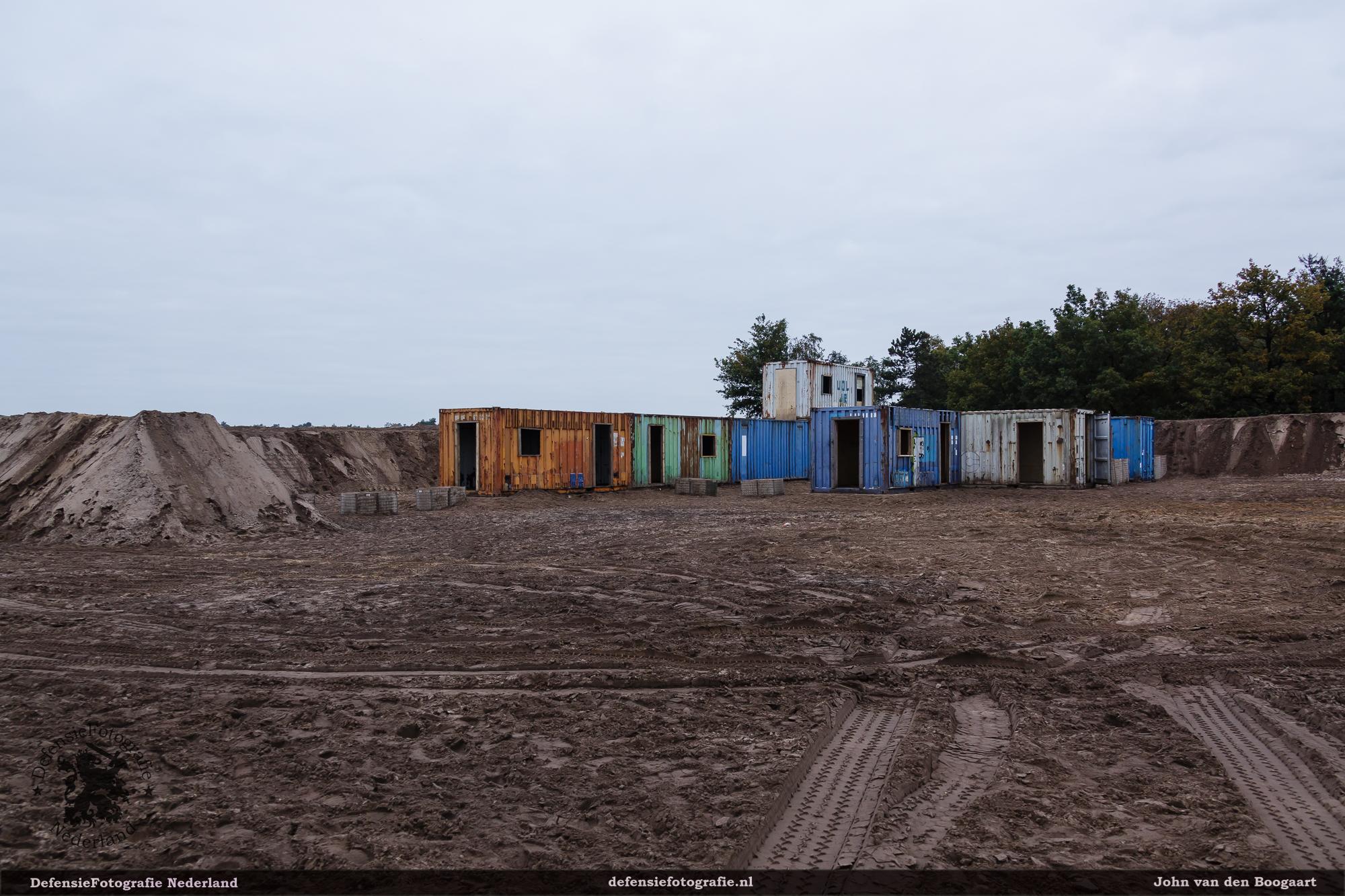 Oktober 2015. Grote update. Containers worden op elkaar geplaatst en zandwallen weer opgehoogd.