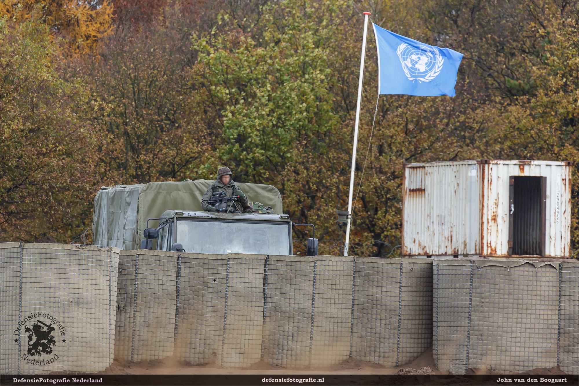Vlag wappert op de commpound wat nu dienst doet als UN camp