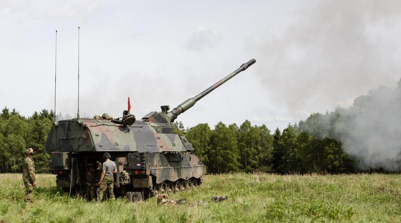 De PzH2000 vuurt op de oefening SOB/SOMS