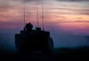 Schieten CV90 tijdens zonsondergang
