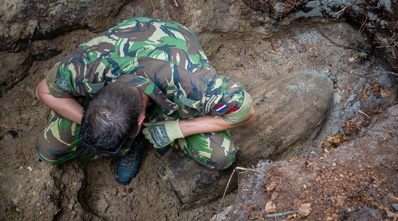 EOD-militair bij de vliegtuigbom